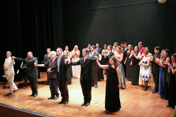 "The entire company of ""Si parla, si canta"" receives enthusiastic applause after their concert in the Teatro Bramante."